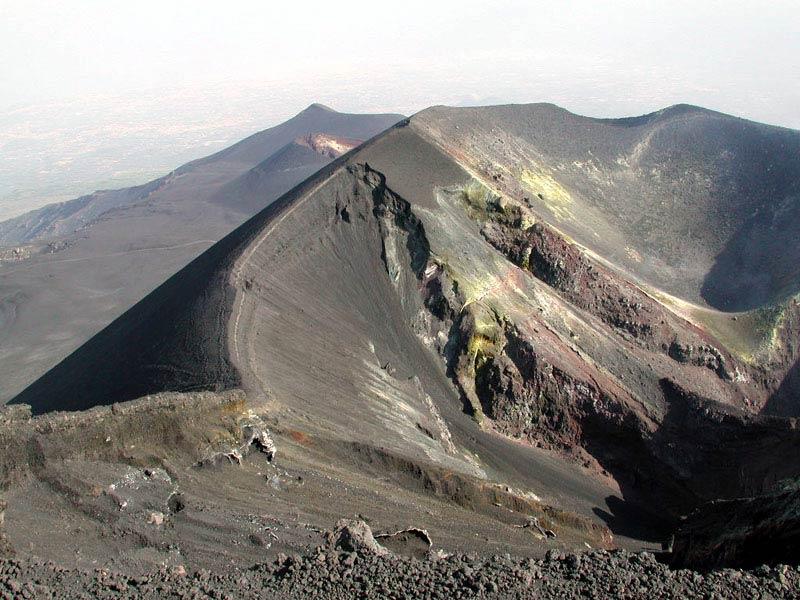 Etna, cala l'energia, debole fontana di lava dal cratere di Sud-Est