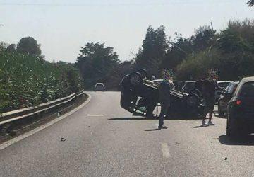 Auto si ribalta in A18: tre feriti