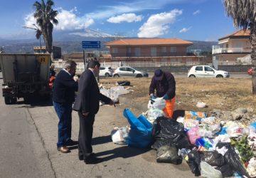 Mascali, rifiuti abbandonati per strada: blitz del sindaco in via Carrata