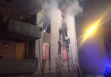 Riposto: incendio in un alloggio popolare. Tre persone in ospedale per intossicazione da fumo VIDEO