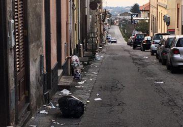 San Giovanni Montebello: strade invase dai rifiuti. E la differenziata? Mai vista
