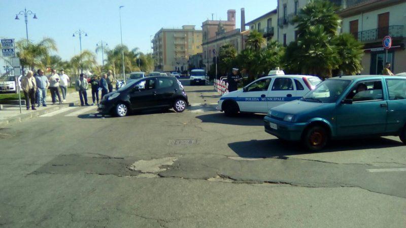 Riposto, incidente nei pressi della Pescheria: due feriti