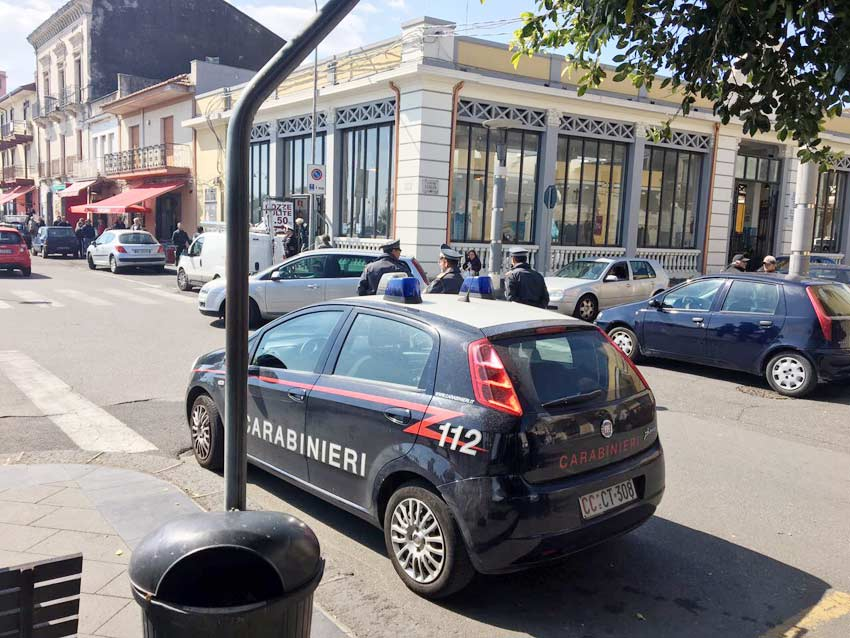 Riposto, rapina al bar di via Roma: in azione malviventi armati di coltello