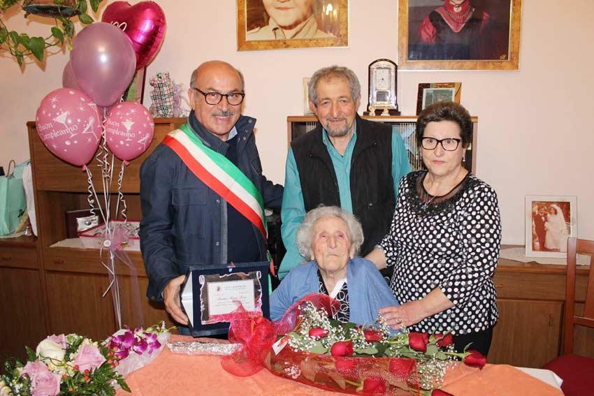 Torre Archirafi: festa per la nonnina che compie 100 anni
