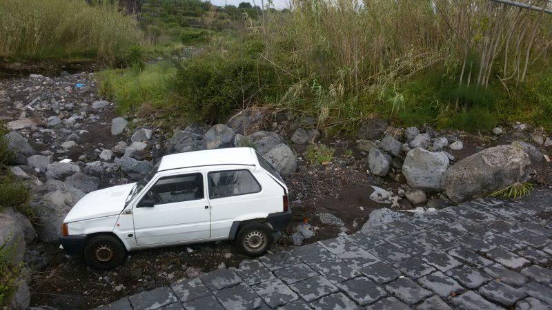Giarre panda finisce nel greto del torrente macchia un for Cabine del torrente grave