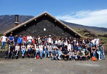 """""""ScarpinAres"""": un centinaio di ragazzi, tra curiosi e temerari delle escursioni, hanno attraversato i sentieri dell'Etna"""