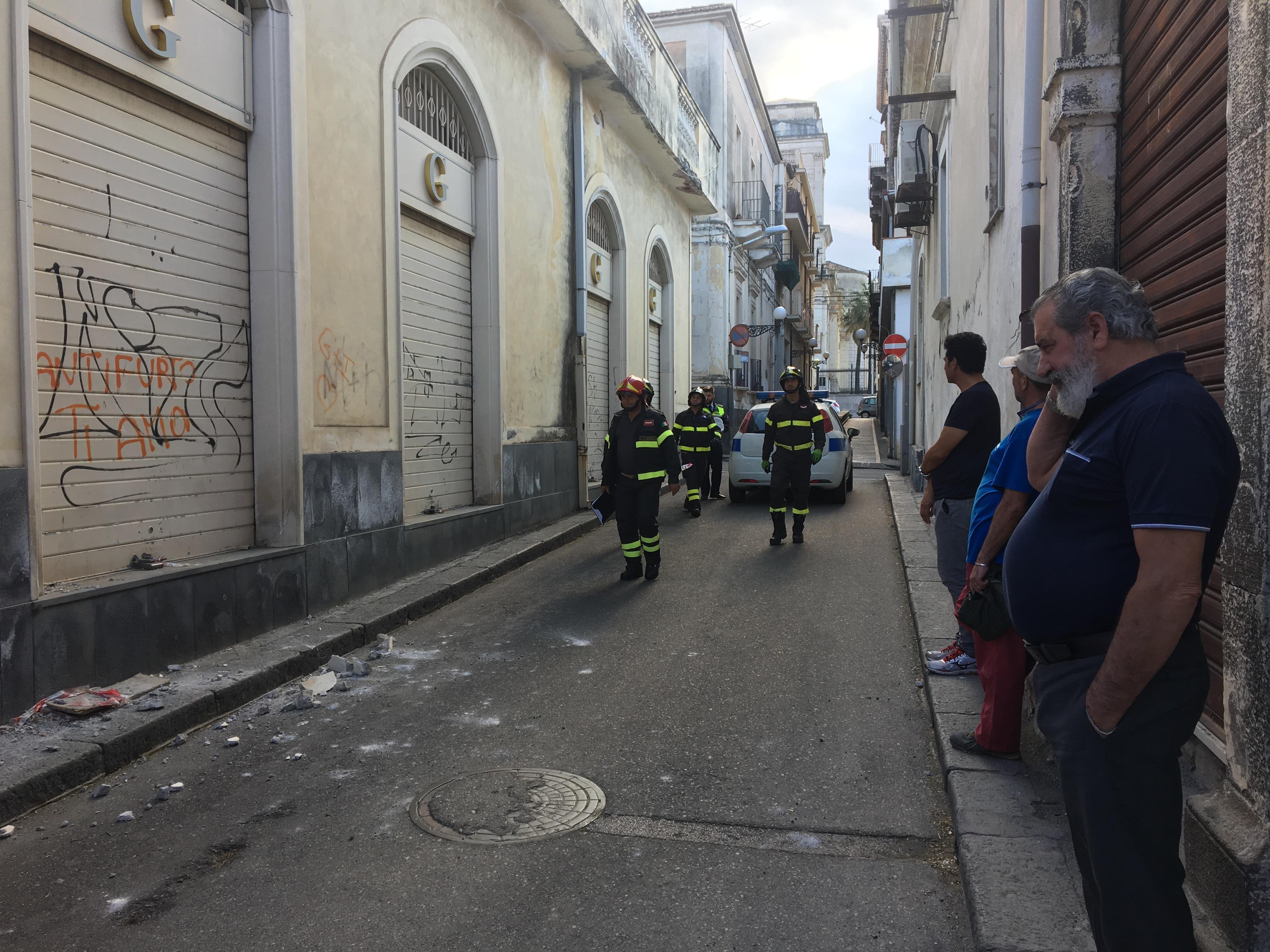 Giarre, frammenti di intonaco sulla strada. Intervento dei vigili del fuoco