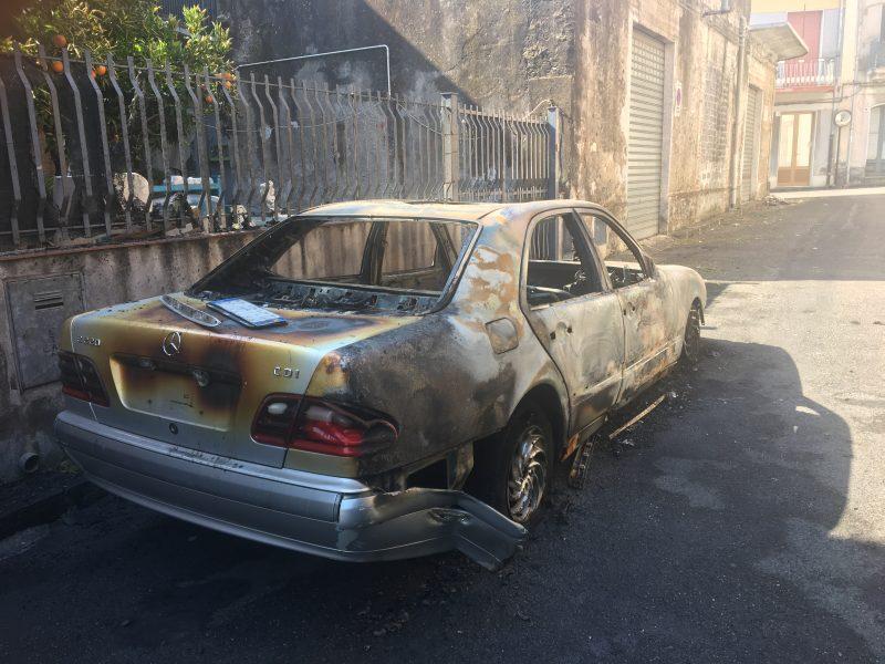 Macchia di Giarre, a fuoco auto. Ipotesi dolosa
