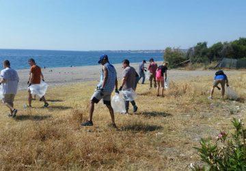 Mascali, militari Usa ripuliscono la spiaggia di Fondachello