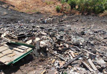 Giarre, incendio sterpaglie e rifiuti sul viale Don Minzoni