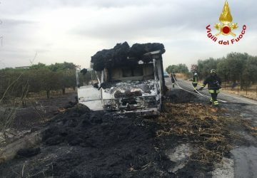 Paternò: a fuoco camion che trasportava paglia
