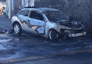 Torre Archirafi: auto prende fuoco mentre marcia. Intervento dei vigili del fuoco