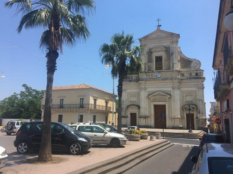 Parroco di Macchia di Giarre perseguitato da un fedele: arrestato mentre tenta di dar fuoco al portone della chiesa