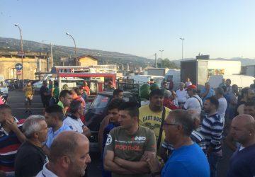 """La rivolta degli ambulanti giarresi: bloccato il mercato ortofrutticolo. """"Il sindaco venga qui"""""""