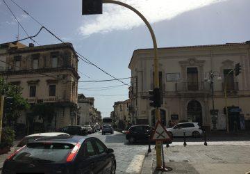 Giarre, semafori in avaria in piazza Duomo. I vigili (quando ci sono) al posto dei segnali luminosi