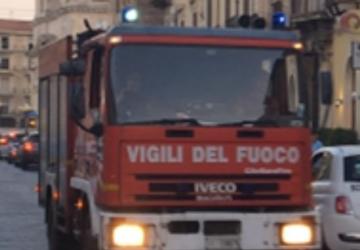 Giarre, incendio rifiuti ingombranti in via Liguria