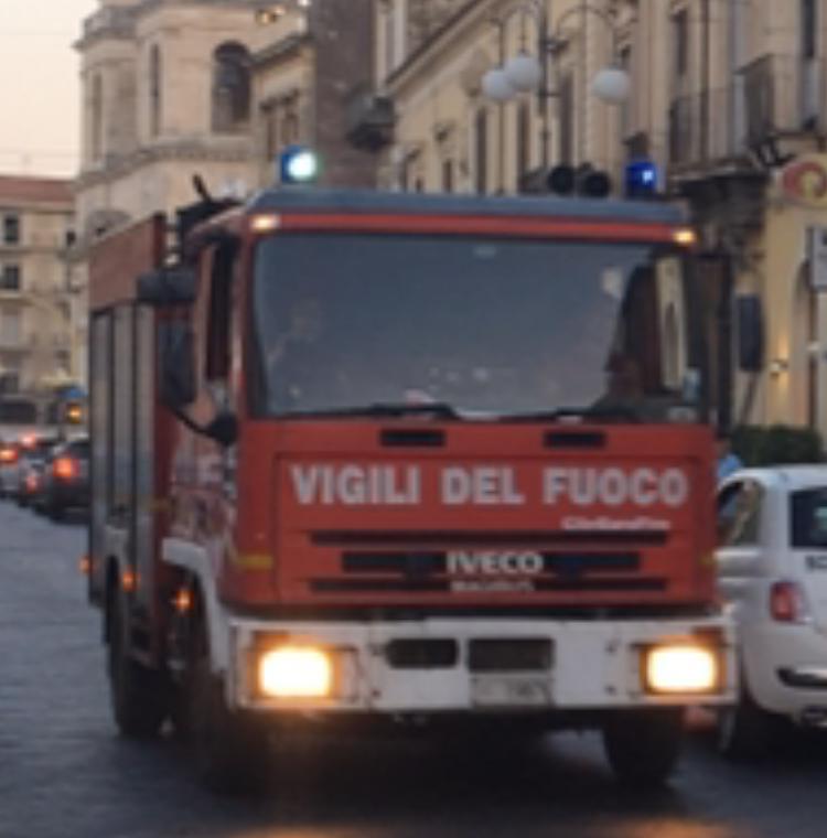 Giarre, a fuoco sterpaglie e pneumatici vicino Conforama: intervento dei Vigili del fuoco
