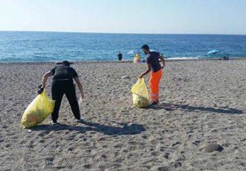 Fondachello e Sant'Anna: avviata la pulizia della spiaggia