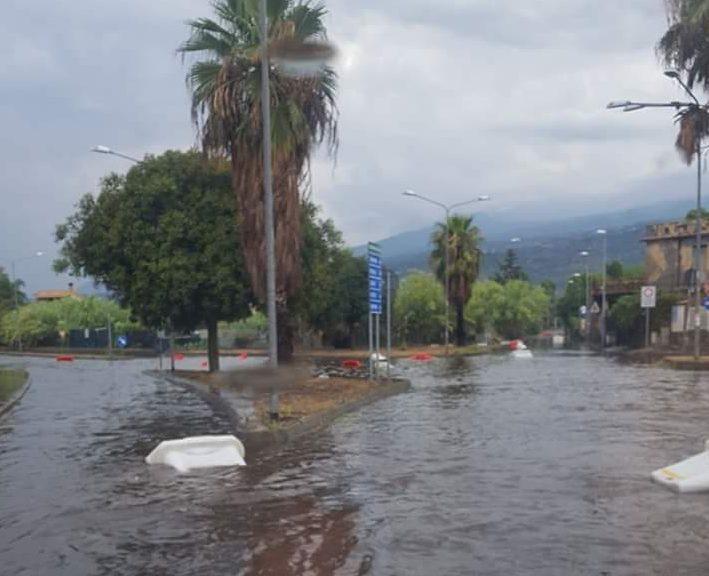 Fondachello: piove e in diverse strade occorre un mezzo anfibio