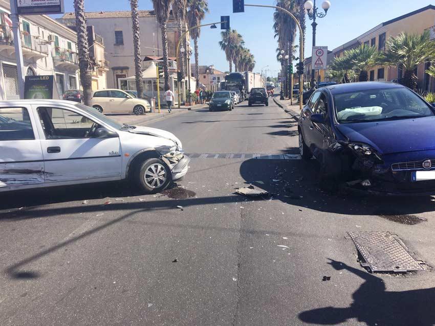 Giarre, scontro tra due auto in via Ruggero I: un ferito. Lunghe code