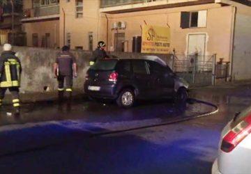 Giarre, incendio auto in via Manzoni: corto circuito