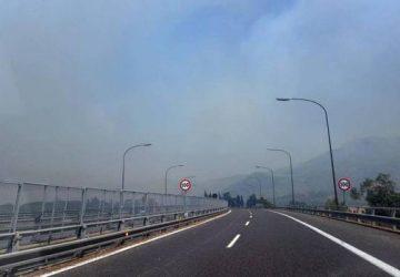 A18, incendi nei terreni che costeggiano la rete: rallentamenti tra Giarre e Acireale