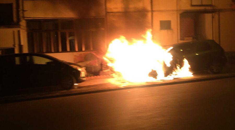 Giarre, a fuoco auto nel quartiere Satellite. Si segue pista dolosa
