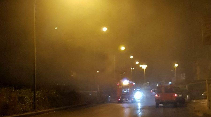 Giarre, paura nella notte per un incendio in corso Europa