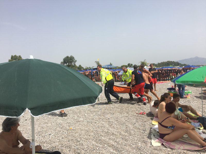 Fondachello, 46enne colto da malore in spiaggia. Un altro rischia di annegare in piscina: doppio intervento elisoccorso