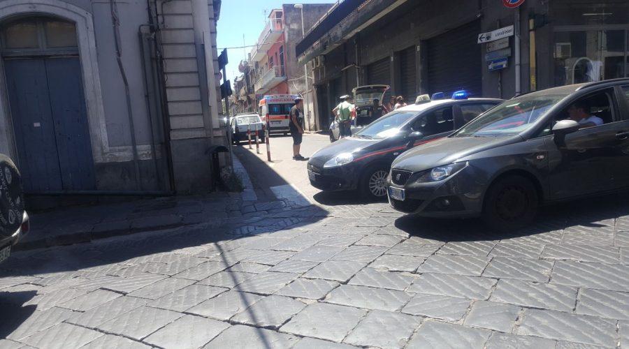 Giarre, tenta di rubare auto e imbocca a senso unico la via San Giuliano travolgendo alcune vetture in sosta VIDEO