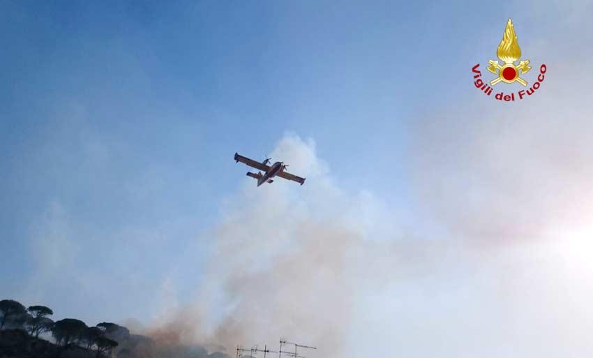 Caltagirone, fuoco incenerisce vasta area boschiva. Intervento del canadair