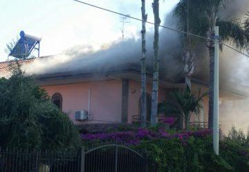 Mascali, a fuoco una villetta: intervento dei vigili del fuoco