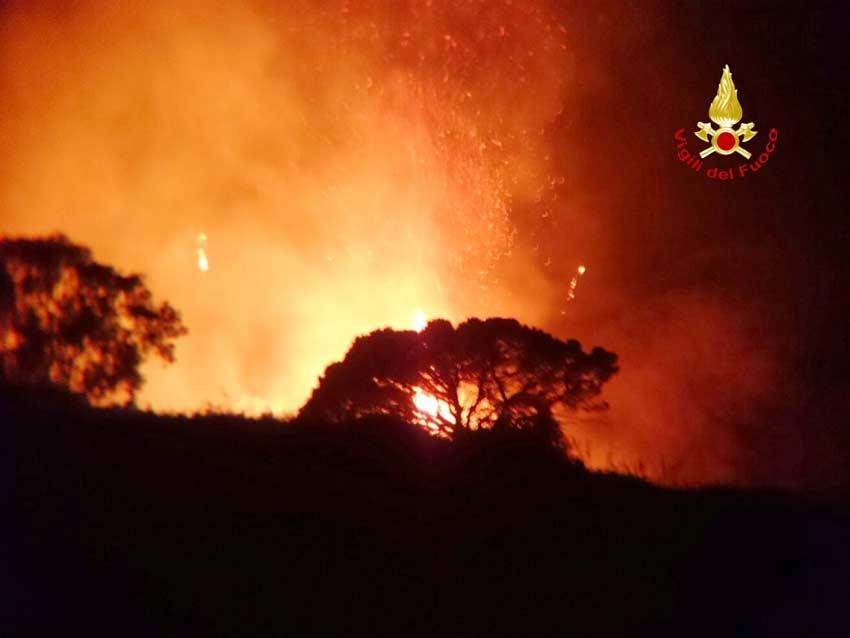 Ancora un incendio nei boschi, Vigili del fuoco al lavoro a Montebenichi