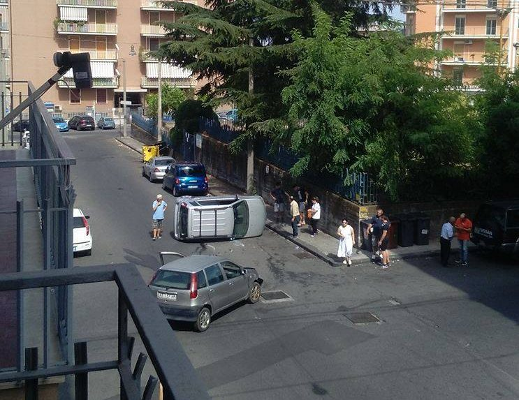 Giarre, incrocio via Gioberti, nuovo incidente: auto si ribalta