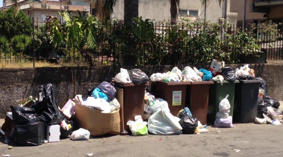 Giarre sommersa dai rifiuti. Partita nel caos la differenziata, in piena stagione estiva