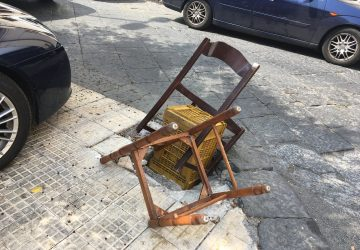 Giarre, in piazza Ospedale un pozzetto privo di copertura. I residenti provano a metterlo in sicurezza: con le sedie