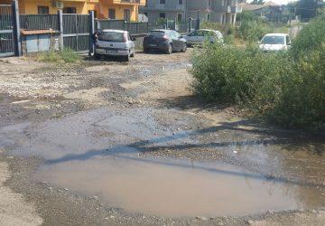 Mascali, in via Capuana reflui fognari sulla strada: esasperati i residenti. Il Comune annuncia intervento di bonifica