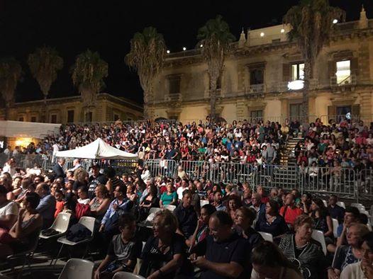 Giarre, delusione e tensione al concerto di Mario Venuti: sospeso per un accenno di pioggia VD
