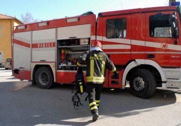 Misterbianco, incendio in un capannone: intervento dei Vigili del fuoco