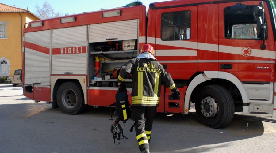 S.Alfio in fiamme cavi elettrici in via Coviello. Intervento dei vigili del fuoco