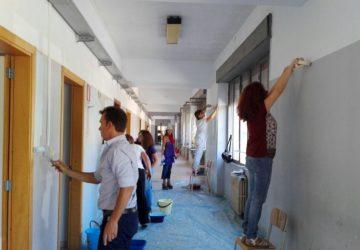Giarre, docenti e genitori pitturano i locali del Majorana: vince la sussidiarietà VIDEO