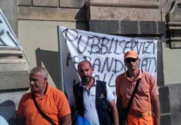 Catania, tensione per la protesta dei dipendenti della Pubbliservizi da mesi senza stipendio