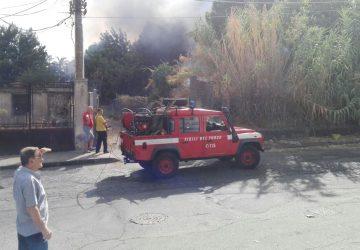 Giarre, focolai in via Penturo, nuovo intervento dei vigili del fuoco