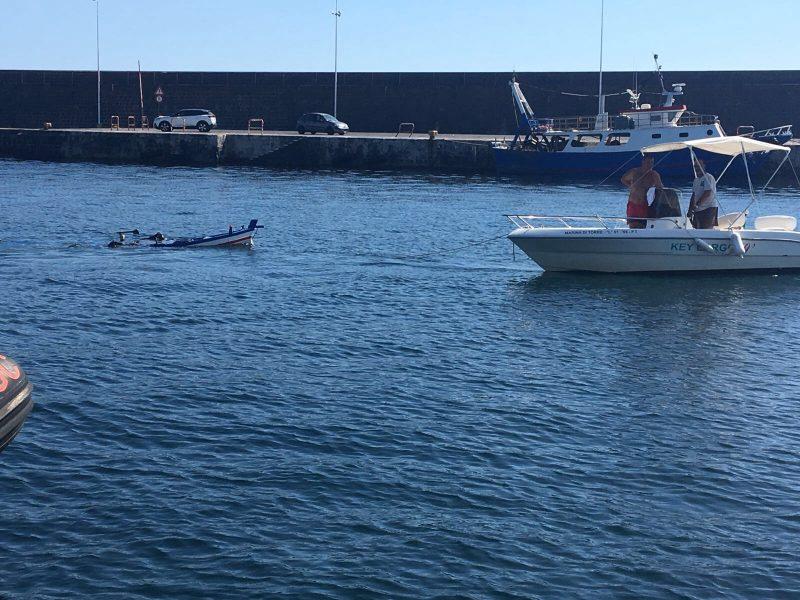 La barca si capovolge, diportista disperso nel mare di Riposto