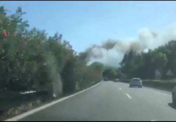 A18, rallentamenti per un incendio alle porte di Acireale