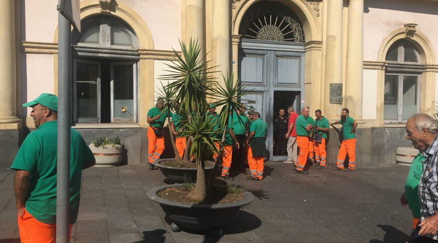 Giarre, operatori ecologici di nuovo pronti alla protesta. Fumata nera dopo il confronto con l'azienda