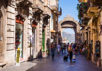 "Taormina: marciapiedi ""vietati"" ai camerieri dei ristoranti e dei pub"