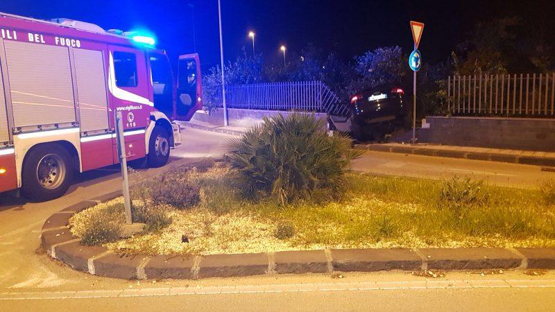 Riposto, auto perde controllo e si schianta: intervento dei vigili del fuoco