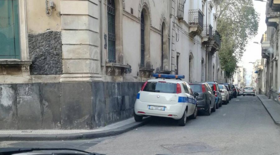 Giarre, chi intralcia il traffico nel cuore del centro storico? I Vigili. Proprio loro