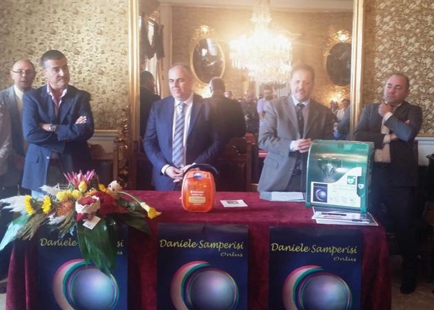 """Giarre, 12 defibrillatori donati alle scuole e al comando dei carabinieri dall'associazione """"Daniele Samperisi onlus"""""""